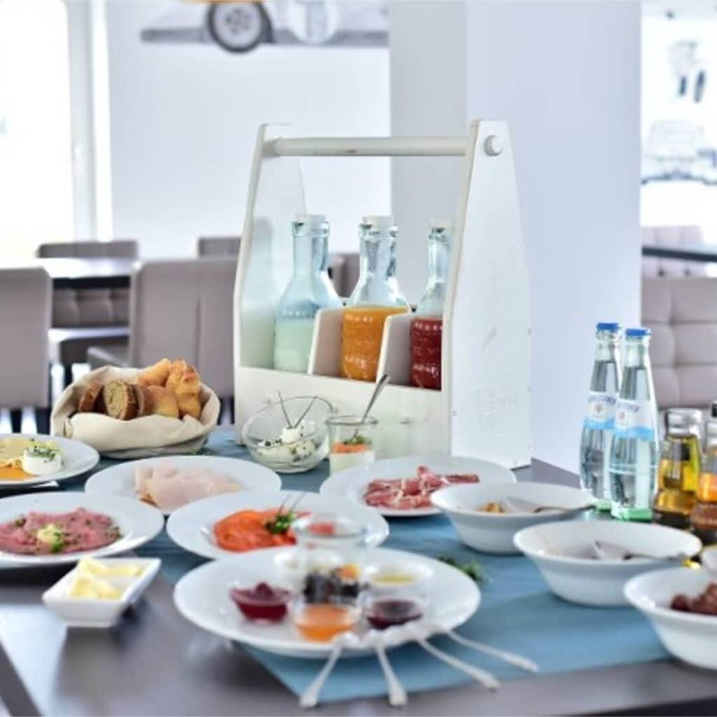 Frühstück im GT3 Hotel
